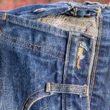 Jeans gestapelt auf einem hölzernen Hintergrund Stockfoto