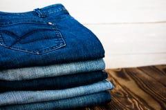 Jeans häufen auf hölzernem Brett an Lizenzfreies Stockbild