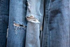 Jeans heftiges Hängen für Anzeige im Speicher stockfoto