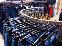 Jeans im Bekleidungsgeschäft Stockbilder
