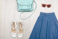 Jeans kringgår, den vita skor, exponeringsglas och handväskan Trendig conce Arkivfoton