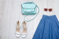 Jeans kringgår, den vita skor, exponeringsglas och handväskan Trendig conce Royaltyfri Fotografi