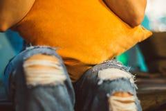 Jeans lacerati al ginocchio Immagine Stock Libera da Diritti