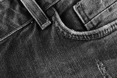 Jeans masern mit Tasche In hohem Grade ausführliche Nahaufnahme des grauen Denims lizenzfreie stockfotografie
