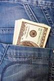 Jeans med amerikanska dollarräkningar i dess fack Arkivfoton