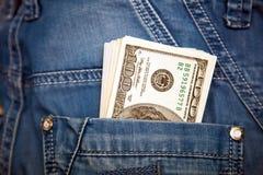 Jeans med amerikanska dollarräkningar i dess fack Royaltyfri Foto