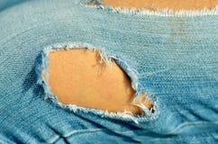 Jeans med det stora hålet i knäet Royaltyfria Bilder