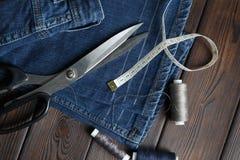 Jeans met kleermakerij het naaien werktuigenhandwerk Stock Foto's