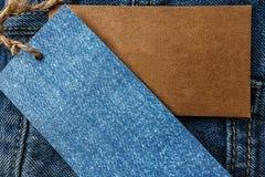 Jeans met leeg document prijskaartje Stock Foto