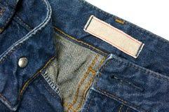 Jeans mit leerem weißem Stoffaufkleber Lizenzfreies Stockbild