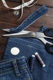 Jeans mit nähender Gerätnäharbeit des Dressmaking stockfotos