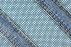 Jeans mit Stich auf blauem Punktgewebe Stockfotografie