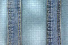 Jeans mit Stich auf blauem Punktstoff Lizenzfreie Stockfotografie