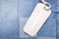 Jeans mit Tag Lizenzfreies Stockfoto