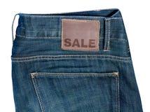 Jeans mit Verkaufs-Zeichen Lizenzfreie Stockfotos