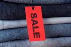 Jeans mit Verkaufsaufkleber Lizenzfreie Stockfotos