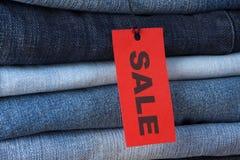 Jeans mit Verkaufsaufkleber Lizenzfreie Stockbilder