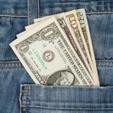 Jeans mit verschiedenen Dollarscheinen des Amerikaners vier Stockfoto