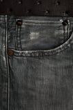 jeans neri con un primo piano della cinghia di cuoio Denim di struttura della tasca Fotografia Stock