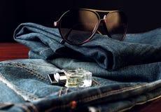 Jeans, occhiali da sole e profumo Fotografia Stock Libera da Diritti