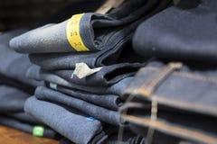 jeans in opslag voor verkoop in manieropslag stock afbeeldingen