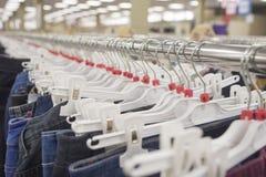 Jeans på en hängare Arkivfoto