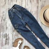 Jeans på en träbakgrund royaltyfri fotografi