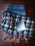 Jeans, parfum en sjaal Stock Afbeelding