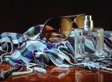 Jeans, parfum en sjaal Royalty-vrije Stock Fotografie