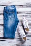Jeans piegati e scarpe bianche Immagini Stock Libere da Diritti