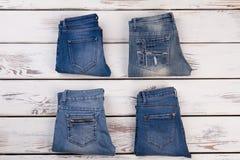 Jeans pliés sur l'affichage en bois Images stock