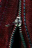 jeans öppnade den röda zipperen Arkivfoto