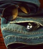Jeans, profumo ed occhiali da sole Fotografia Stock