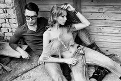 Jeans s'usants jeunes de couples sexy et élégants Photographie stock libre de droits