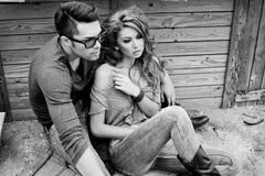 Jeans s'usants jeunes de couples sexy et élégants Images libres de droits