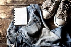 Jeans sales bloc-notes et espadrilles Photos libres de droits