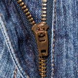 Jeans som är wavy med zipperen Arkivbilder