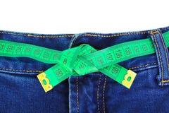 jeans som mäter bandet Arkivbild