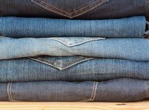 Jeans stapeln, Hintergrund-Mode-Jeans Stockfoto