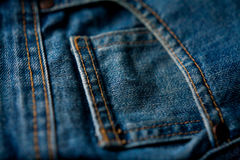 Jeans stoppa i fickan bakgrund för closeupmodegrov bomullstvill Arkivbilder