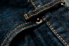 Jeans stoppa i fickan bakgrund för closeupmodegrov bomullstvill Arkivfoto