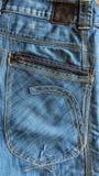 Jeans stoppa i fickan med sömmen och kuggen och drevet Arkivfoto