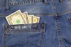Jeans stoppa i fickan mycket av amerikanska dollarräkningar Royaltyfri Fotografi