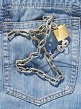 Jeans stoppa i fickan och padlock Royaltyfria Bilder