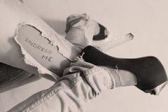Jeans strappati con il messaggio scritto Immagine Stock
