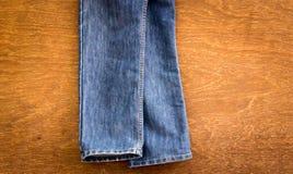 Jeans su un di legno Fotografia Stock Libera da Diritti