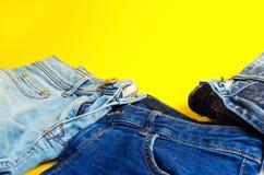 Jeans su un fondo giallo Modo e stile Posto per testo fotografie stock libere da diritti