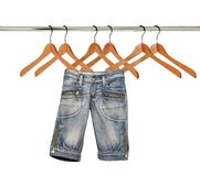 Jeans sur des brides de fixation d'isolement Images stock