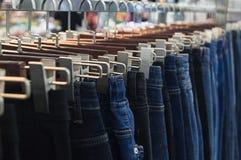 Jeans sur des cintres photos libres de droits