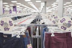 Jeans sur le compteur Photo stock